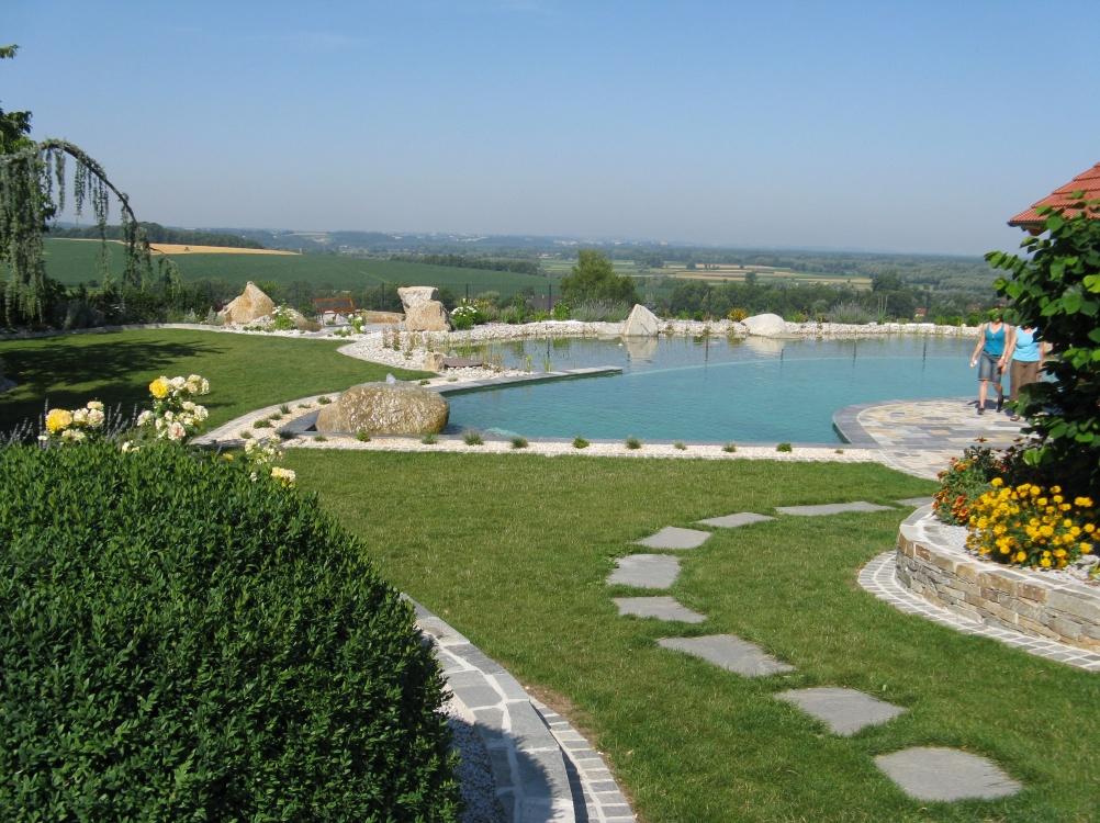 Gartengestaltung & Errichtung eines Schwimmteichs bei Familie Lumetsberger